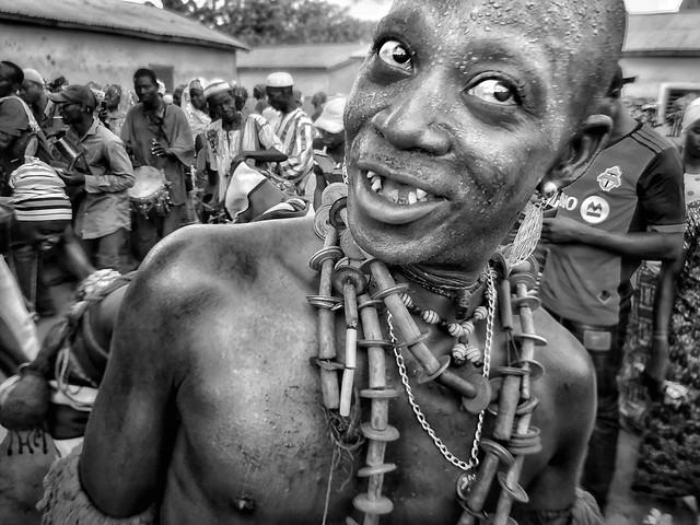Foto en blanco y negro tomada en un ritual de iniciación taneka en Benín