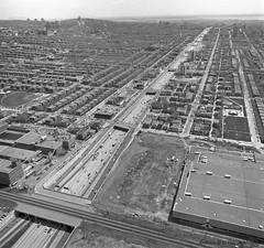 Vue vers le sud de l'autoroute Décarie, depuis les voies ferrées du C.P.R. Juin 1976. VM94-RP221-015. Archives de la Ville de Montréal.