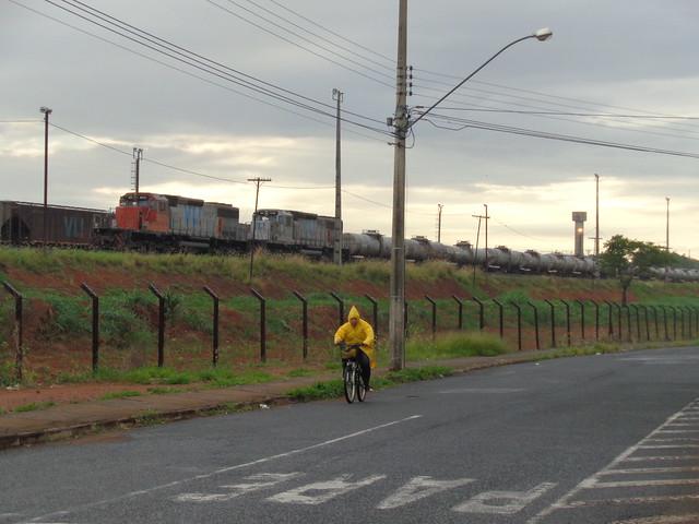 36166 BB40-2 #6513 + 8160 com trem locotrol D344 na Linha 2. Uberlândia MG às 06h51.    (1)