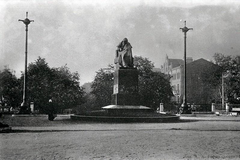 Памятник Гоголю на Гоголеском бульваре в Москве