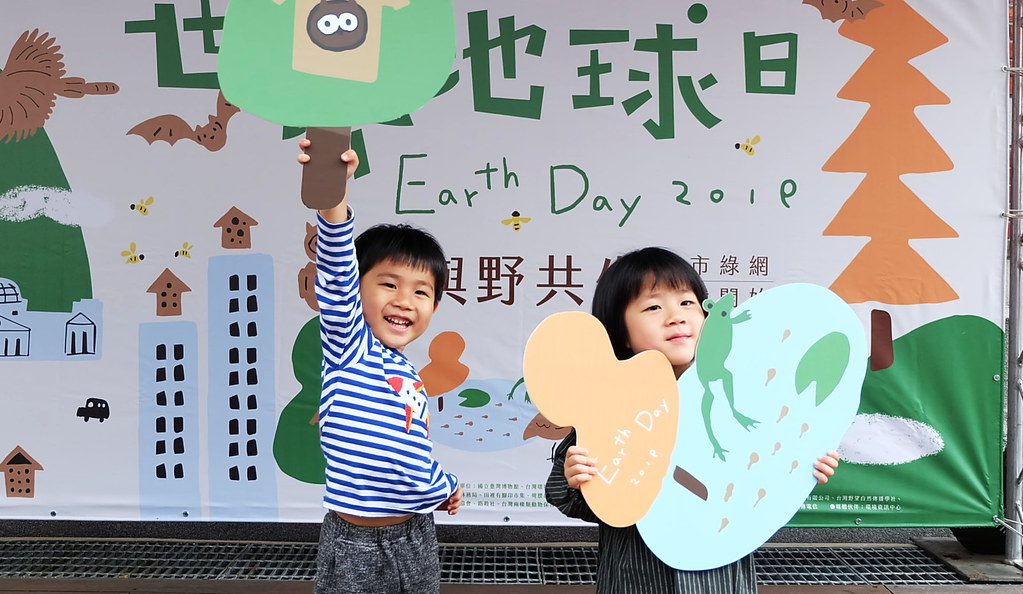 地球日市集結合市集與生態環境,吸引不少家長與小孩參與。攝影:陳文姿