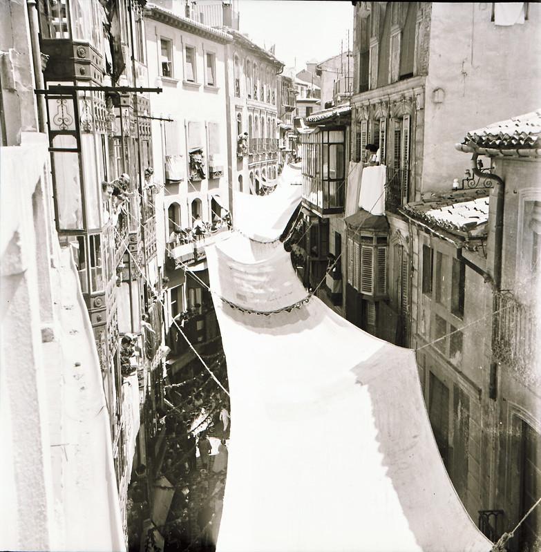 Toldos del Corpus en la calle Ancha vistos desde arriba. Años 50. Fotografía de Victoriano de Tena Sardón