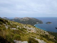 Formentor (Mallorca-España). Bahía de Pollensa Cala Pi de la Posada e islote de Formentor vistos desde el acceso a la Talaia d´Albercutx