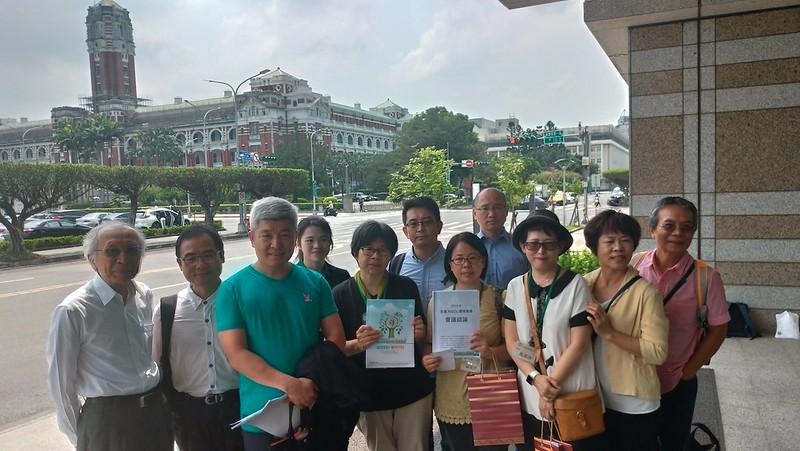 NGOs環境會議代表於總統府外召開記者會。孫文臨攝