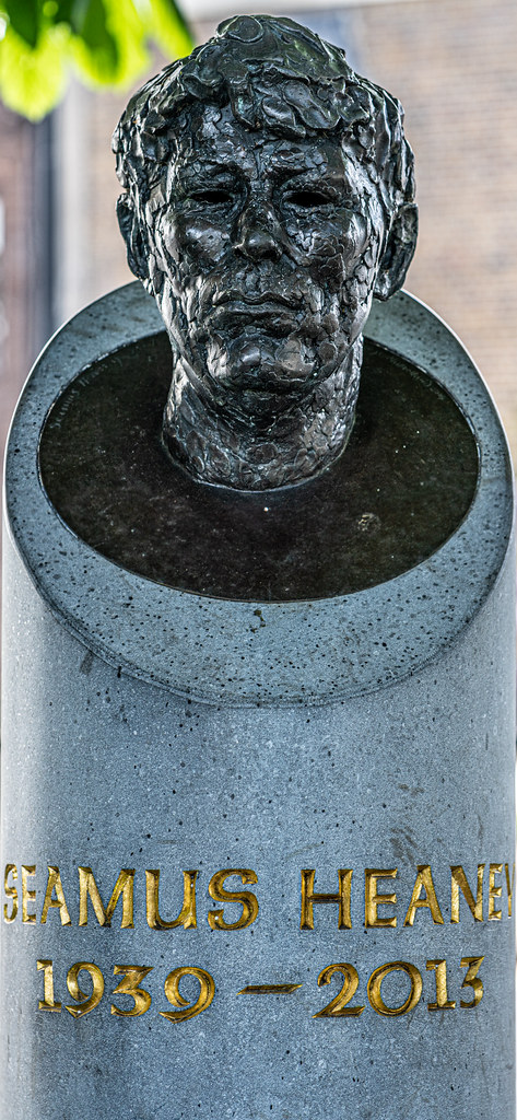 BUST OF SEAMUS HEANEY BY CAROLYN MULHOLLAND IN SANDYMOUNT GREEN  003