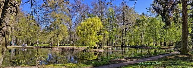 Kurpark - Panorama Bad Lausick(2)  -  Im Monat April 2019......The small island house in the mirror