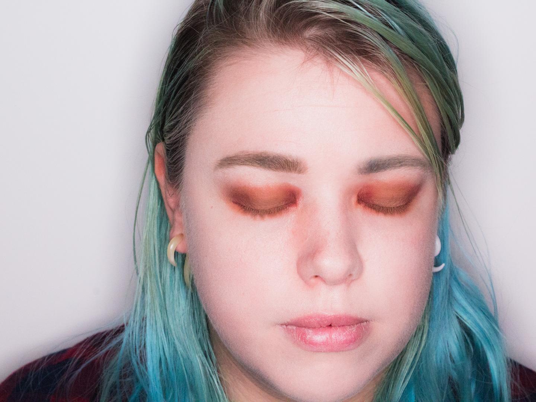 Rode oogschaduw aangebracht