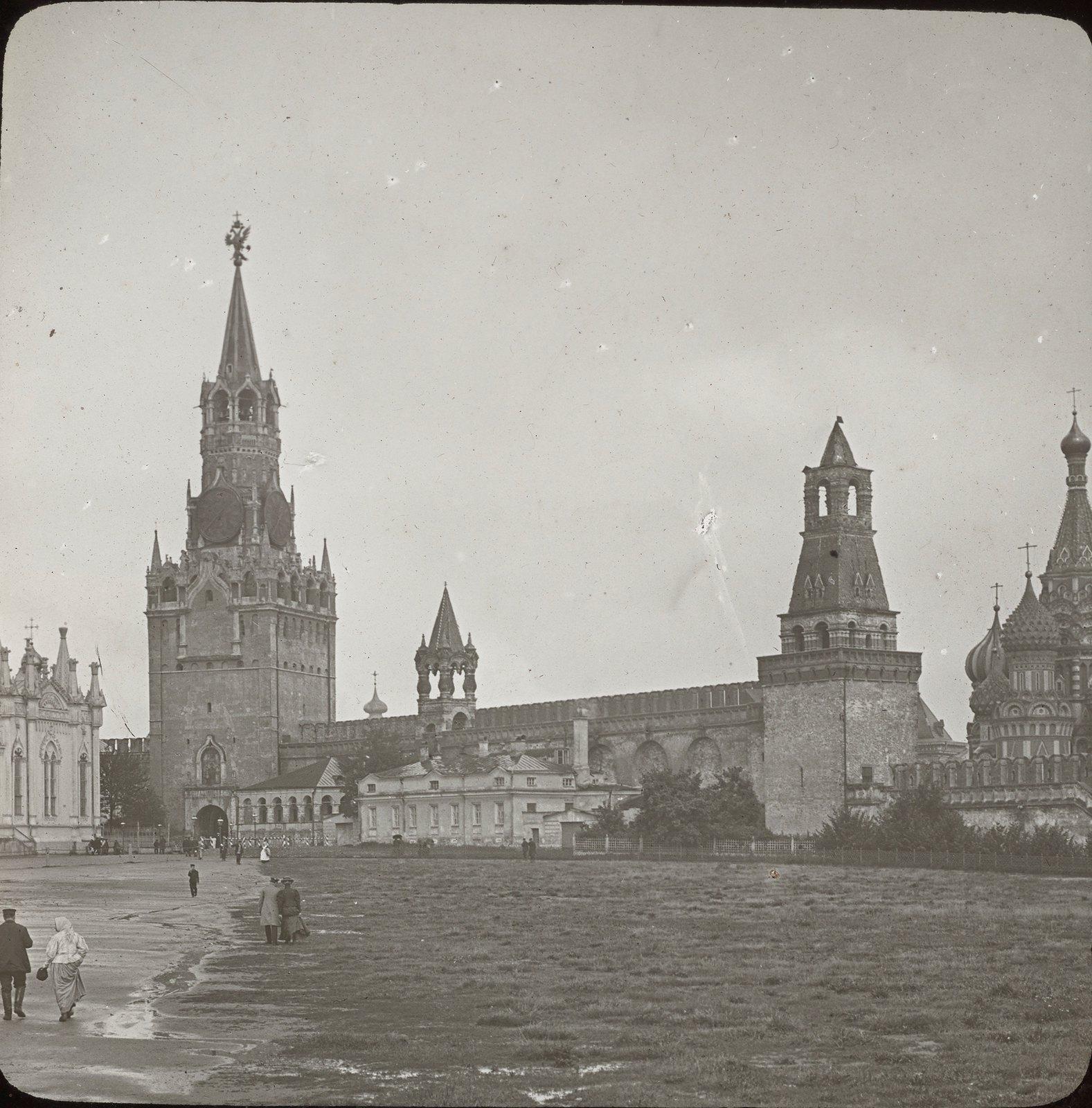 Москва. Храм Василия Блаженного и Спасские ворота изнутри Кремля
