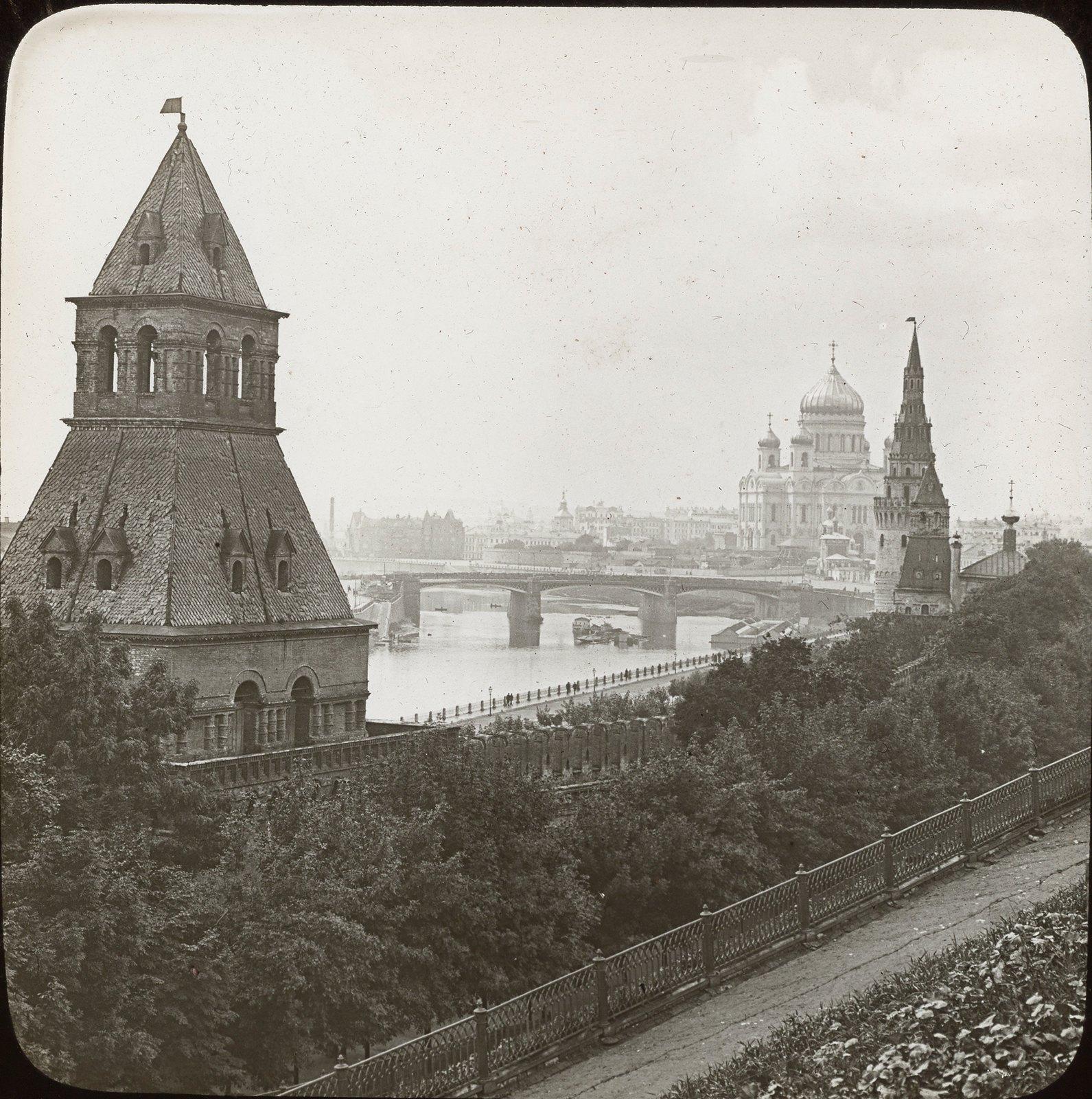 Москва. Башни Кремля и Храм Христа Спасителя