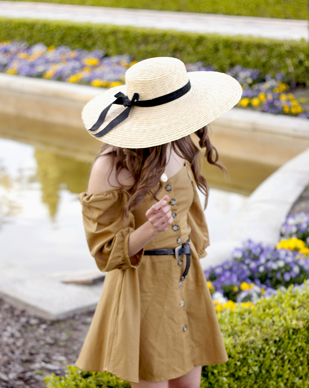 khaki linen dress black sandals straw hat street style spring outfit9