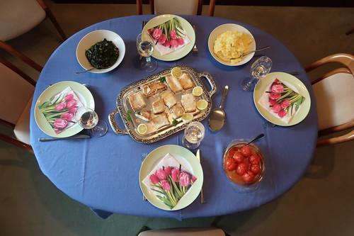 Gebratener Steinbeißer zu Kartoffelstampf, Blattspinat und heißer Tomate