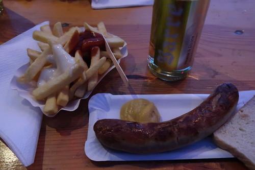 Bratwurst und Pommes rot/weiß samt Barre Alster am Osterfeuer