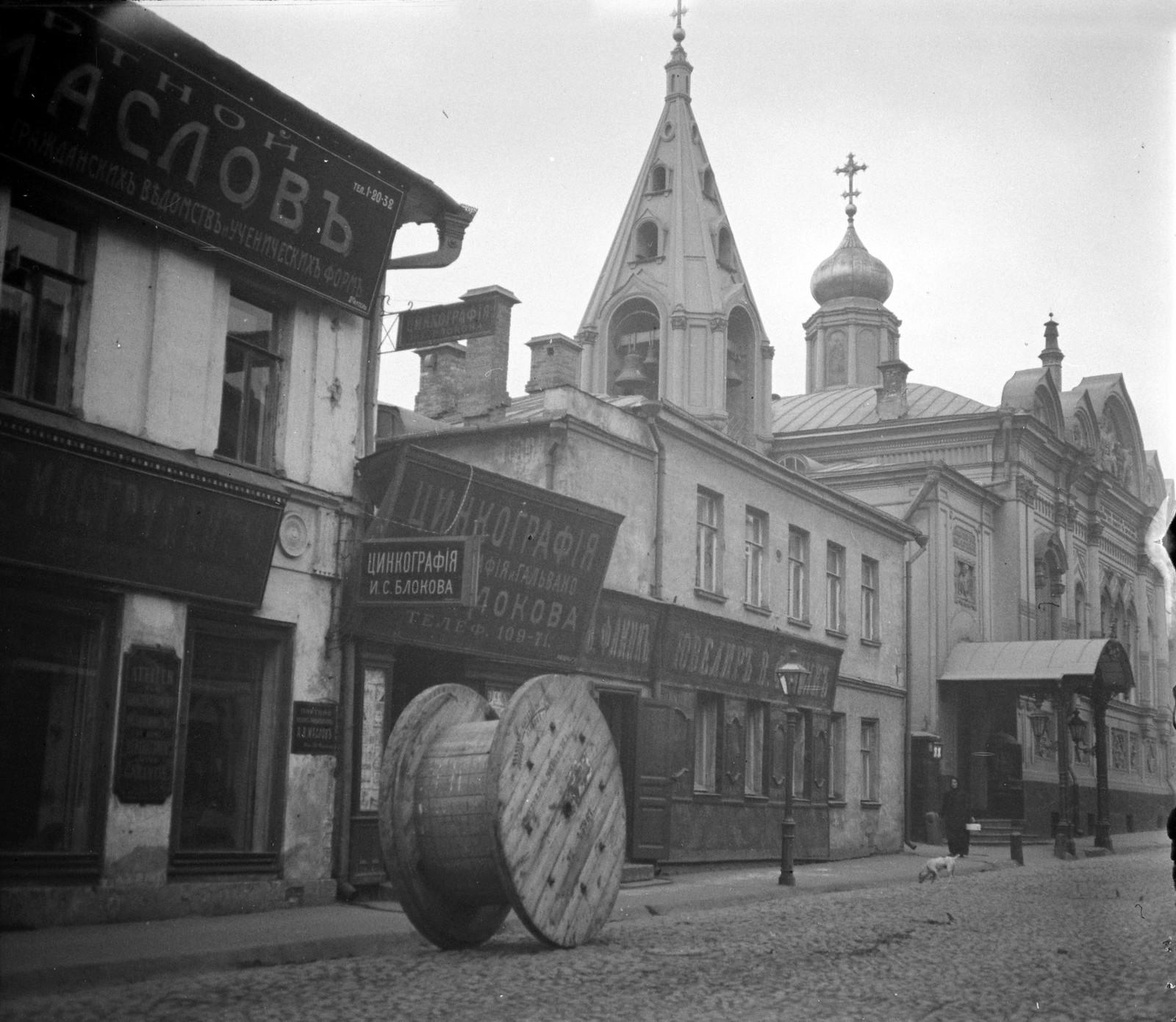 Газетный переулок. Церковь Успения в Овражках