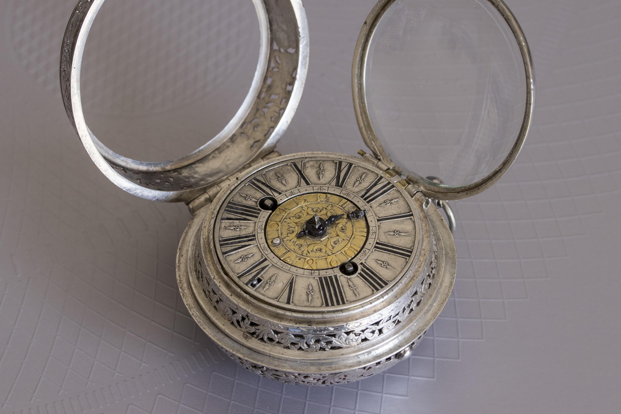 Un oignon alarme de 1700 signé Duquesne à Paris 40728981773_58ddc96fa2_o
