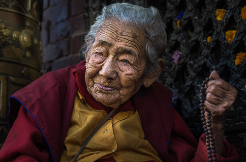 old tibetan nun boudhanath nepal great stupa buddhist maroon robes kathmandu seeing beyond sony a6000 6000 ilce6000 ilcenex mirrorless alpha sigma 60mm f28 dn art prime face natural light evening kora kind sympathetic strong aged elder portrait portraiture outdoors street photography tibet jharung khashor