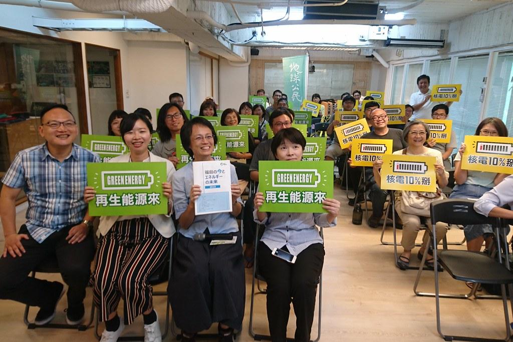 滿田夏花與南台灣廢核團體合影,427廢核遊行訴求台灣擺脫10%核能,迎向再生能源。攝影:李育琴。
