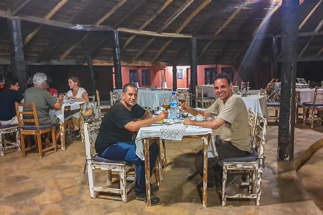 Isaac y Sele en un restaurante de Benín