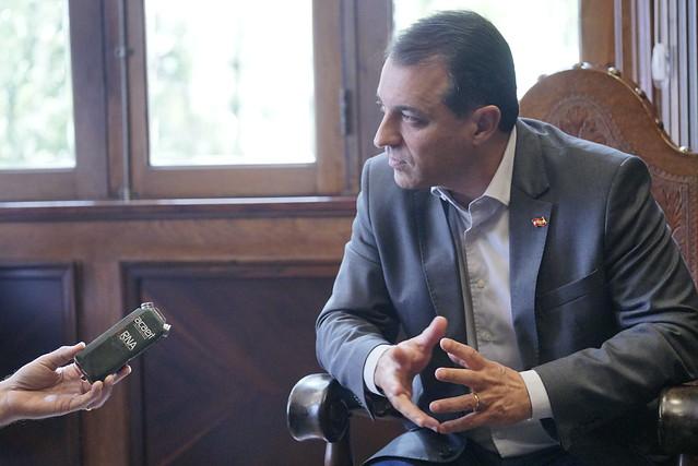 Rádios catarinenses veiculam entrevista com governador Moisés