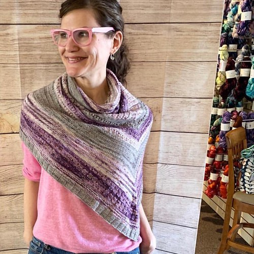 Casapinka has once again very generously designed a pattern for LYS Day! Thank you for supporting us! The pattern is free with the purchase of yarn!