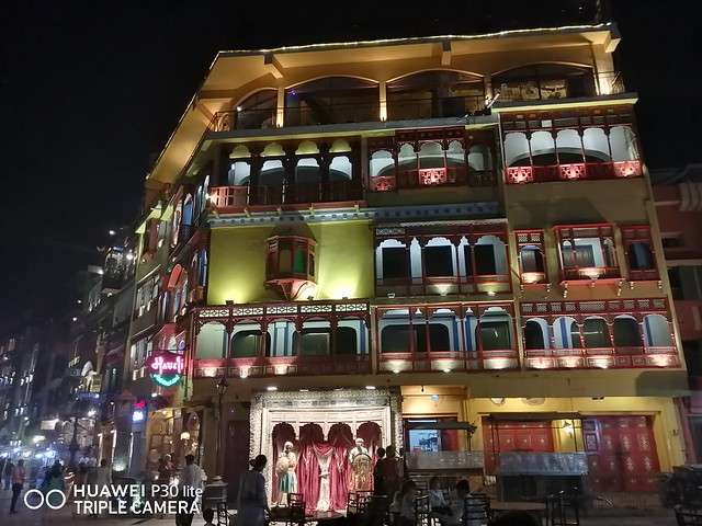 Building Picture at night with HDR mode on Huawei P30 Lite