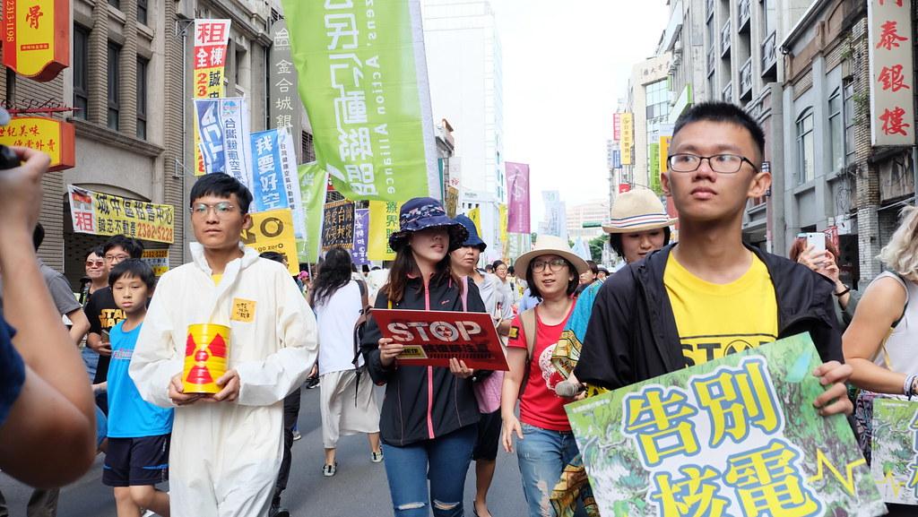 手舉「告別核電」,今年有上萬人參與反核遊行。攝影:陳文姿