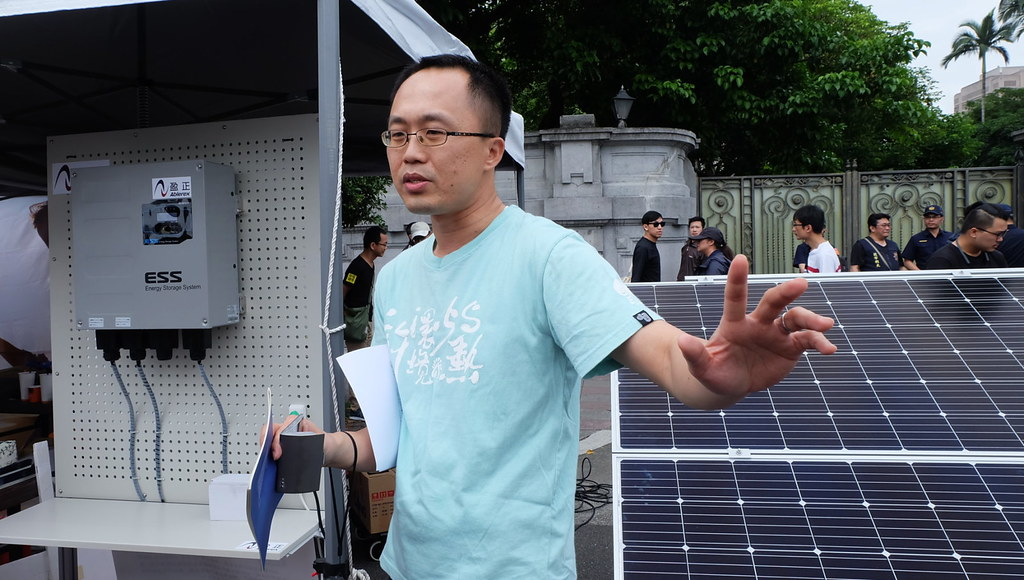 公民團體在現場展示太陽能板,並說明在各地實際建置與公民參與的經驗與實績。攝影:陳文姿