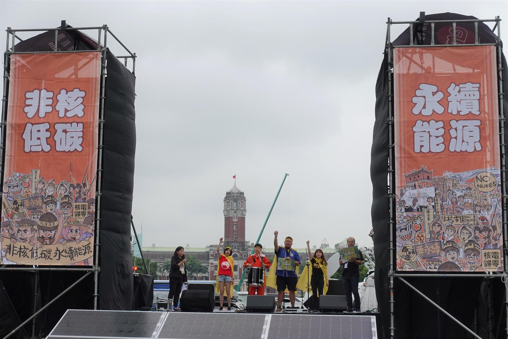 今年廢核遊行的凱道舞台採用太陽能發電。(攝影:張智琦)