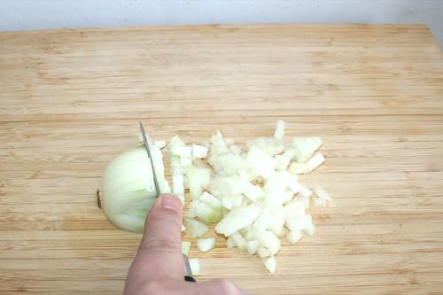 01 - Zwiebel würfeln / Dice onion