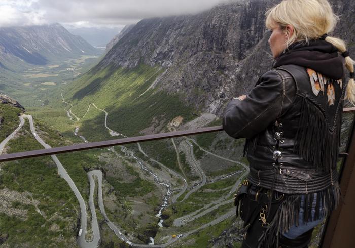 Norja Noway Norwegian roadtrip Trollstiegen moottoripyörällä näköalatasanne näkymä ylhäältä laaksoon bikerlady harleylady harleychic