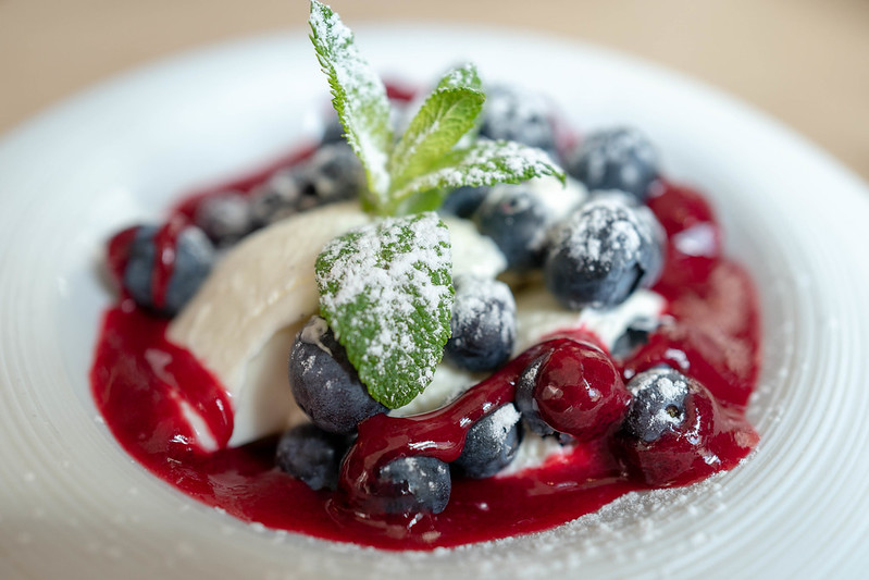 blanc manger coco aux myrtilles, fruits rouges