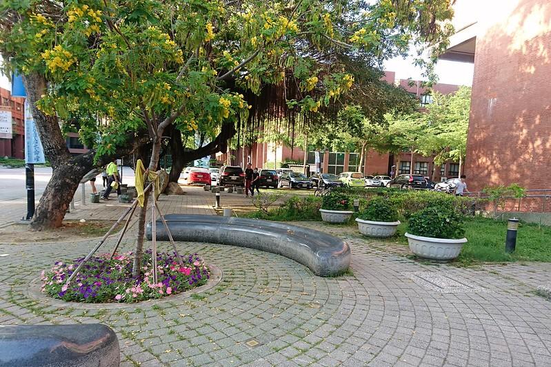城市排水,應將生活空間納入規劃,透水性鋪面和可滲水的花圃是綠色基礎建設。攝影:李育琴。