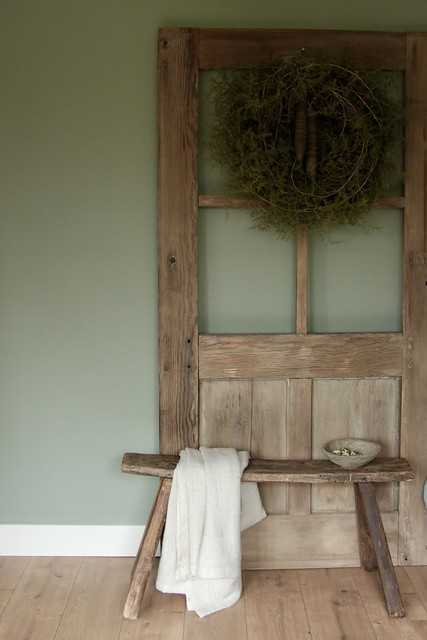 Oude deur houten bankje linnen doek asparagus krans