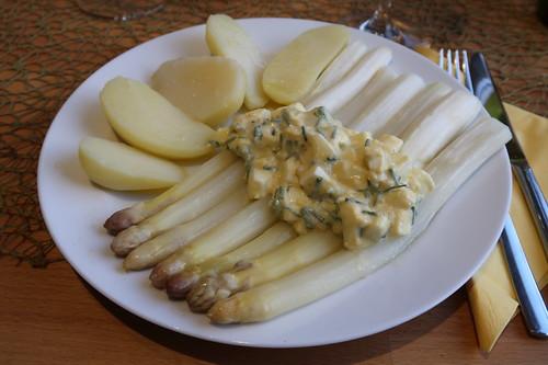 Backofen-Spargel mit Bozner Soße und Salzkartoffeln (mein Teller)