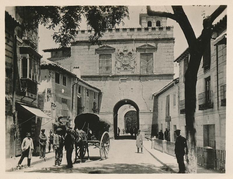 Un carro en la parte interior de la Puerta de Bisagra junto al Arrabal hacia 1915. Fotografía de Edward Manuel Newman. Colección de Laura Valeriano y Paco de la Torre.