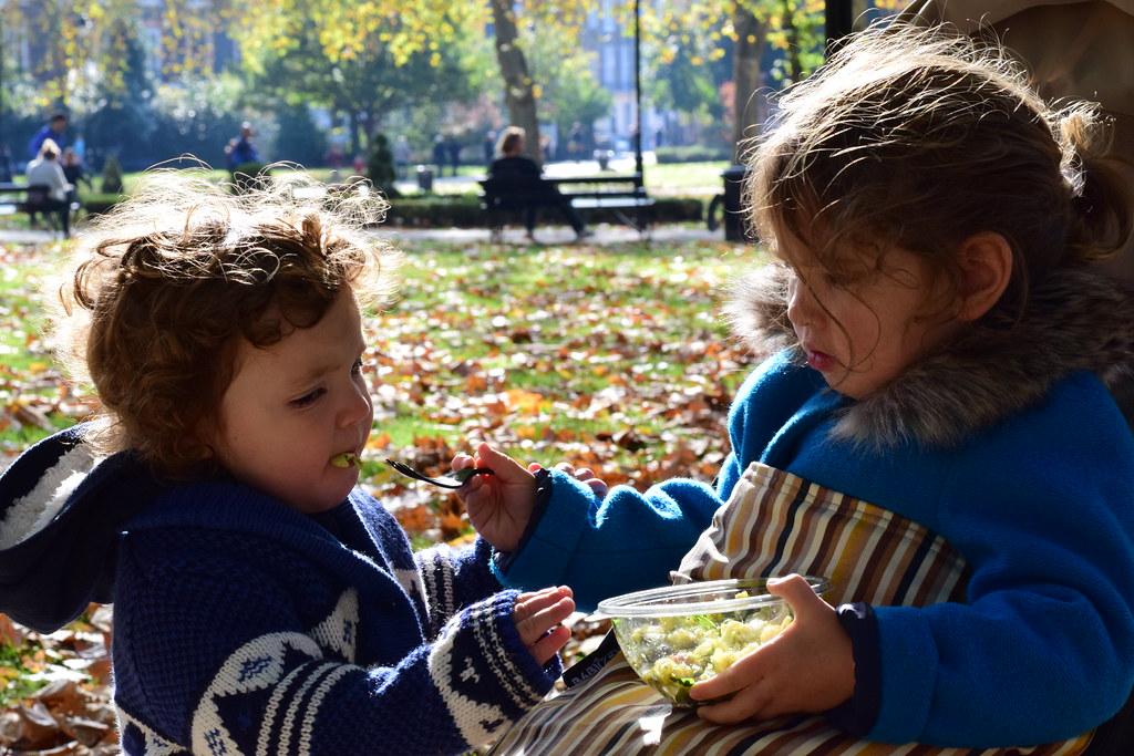 Eva compartiendo su comida con Samuel tras visitar el British Museum (Londres)