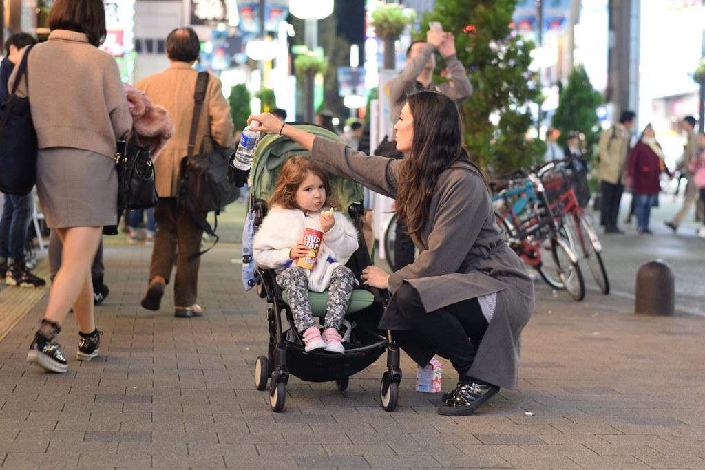 Dándole de comer y beber a Eva en Tokio. Por lo menos librar la situación hasta encontrar un restaurante...
