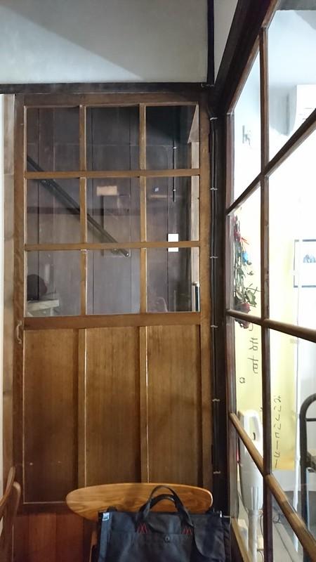 C.Cafe。ガラスの向こうは階段。