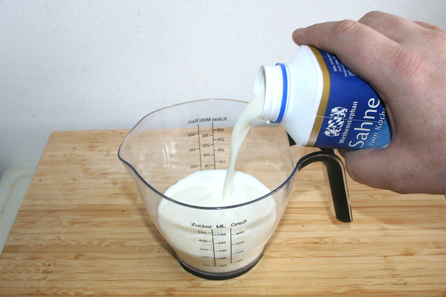 1 1- Milch & Sahne in Gießer geben / Put milk & cream in measuring cup
