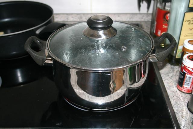 01 - Topf mit Wasser aufsetzen / Heat water in pot