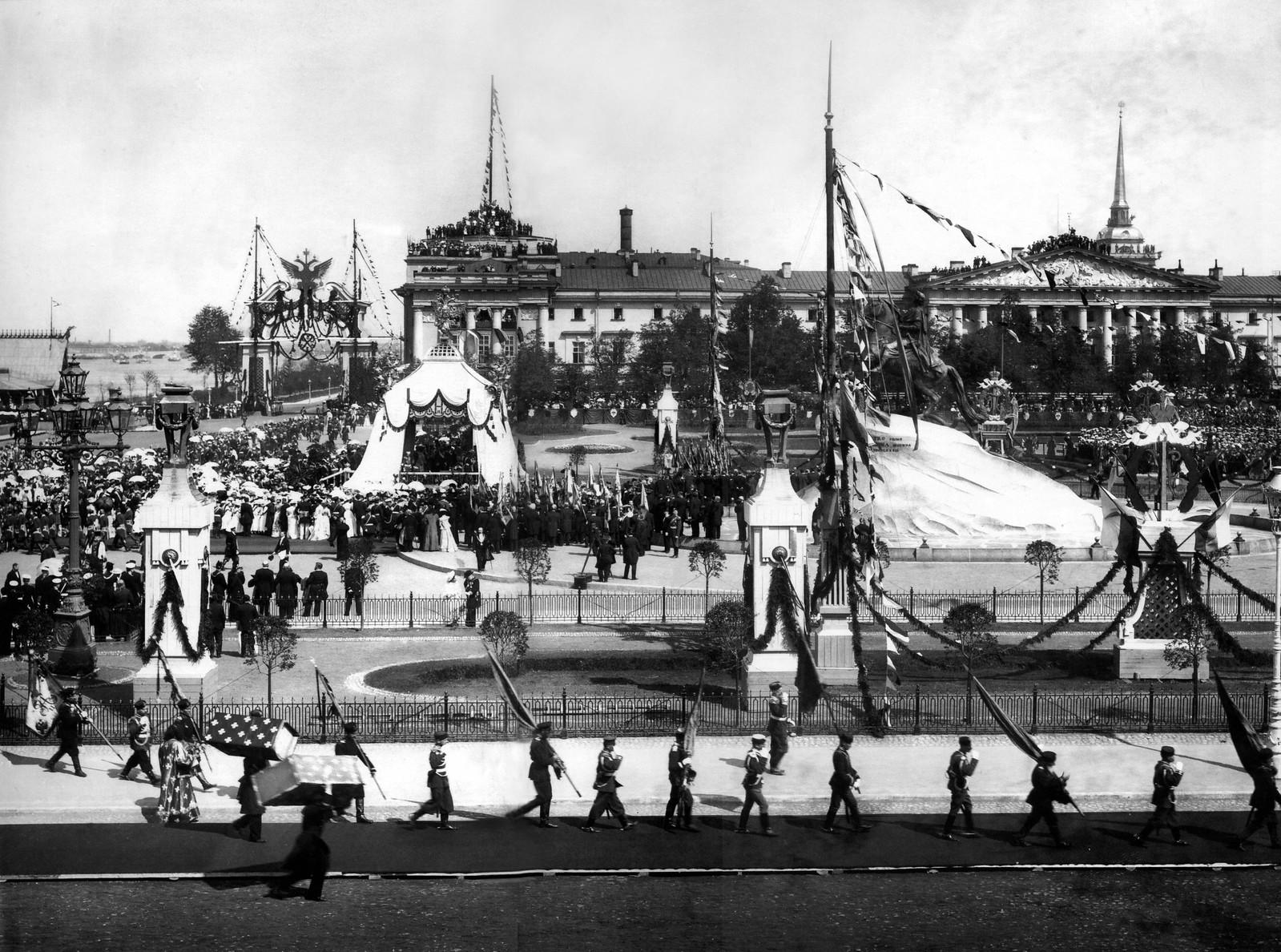 Крестный ход в день празднования 200-летия Санкт-Петербурга. Площадь Петра Первого. 1903