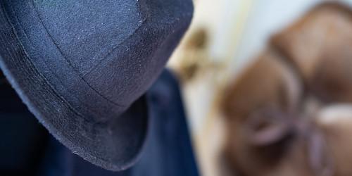 Blauer Filz Hut auf der  Garderobe