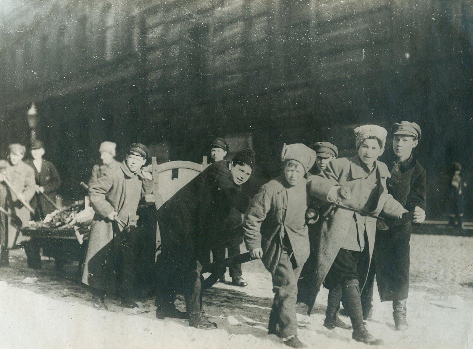 1920. Субботник членов Коммунистического Союза молодежи по борьбе с загрязненностью Петрограда