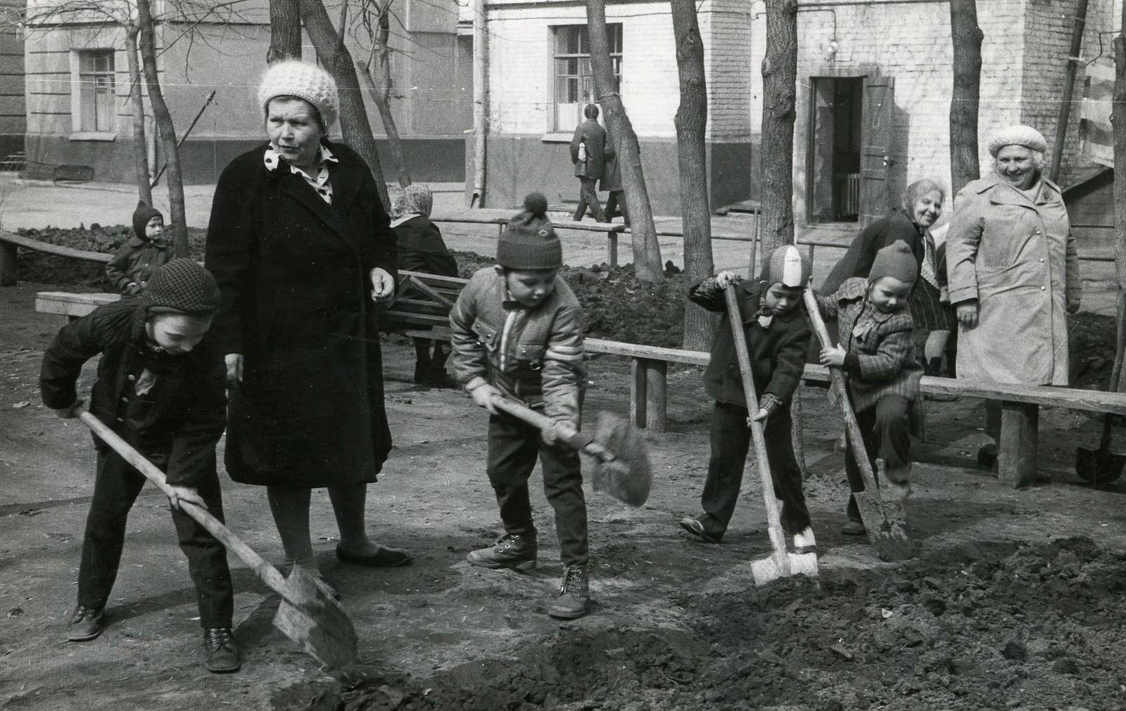 1975. Субботник во дворе дома номер 54, Мытная улица
