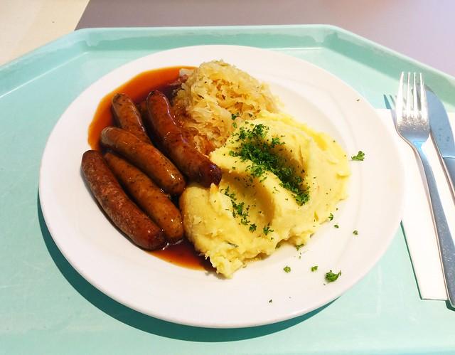 Nuremberger sausages with sauerkraut & mashed potatoes / Nürnberger Rostbratwürste mit Sauerkraut & Kartoffelpüree