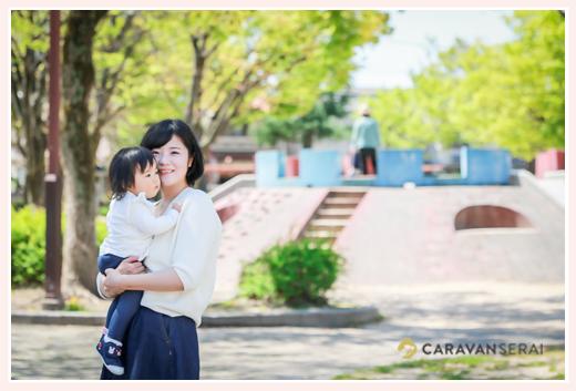 公園に遊びに来た1歳の女の子とママ 抱っこ