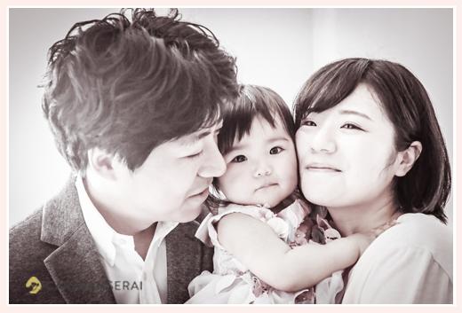 家族写真 セピア色 1歳の女の子を囲んで