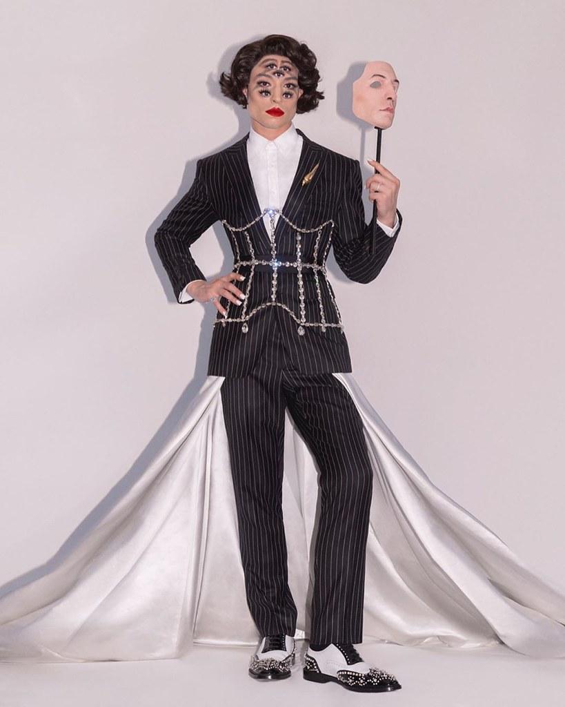 Эзра Миллер в костюме Burberry