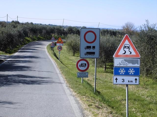 Più cartelli che auto