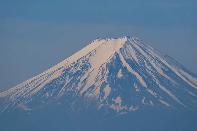 尾根の木々間より富士山・・・クローズアップ