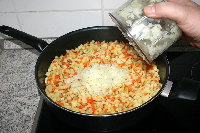 24 - Zwiebelwürfel addieren / Add diced onion